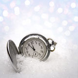 Horloge dat in de sneeuw ligt Stock Foto