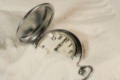 Horloge dat met zand wordt behandeld Stock Foto's