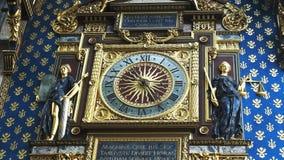 Horloge de Conciergerie sur la façade du bâtiment de justice de palais, Paris banque de vidéos