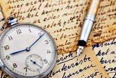 Horloge de cru avec le stylo-plume images stock