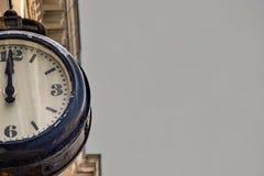 Horloge de cru de rue sur un vieux bâtiment sur le fond gris de ciel Pièce ou une moitié du cadran de rétros montres photographie stock libre de droits