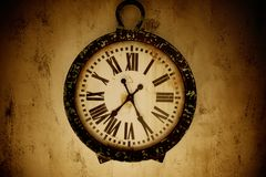 Horloge de cru sur un mur Image stock