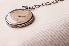 Horloge de décomposition sur le fond de vieux livres sages images libres de droits