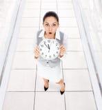 Horloge de femme d'affaires inquiétée Photographie stock libre de droits