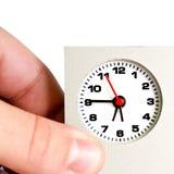 Horloge de fixation de main/concept de date-limite Images libres de droits