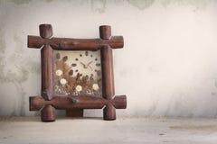 Horloge de fleur sur une table en bois Photos stock