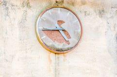 horloge de fond d'isolement au-dessus du blanc de mur Photo stock