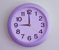 horloge de fond d'isolement au-dessus du blanc de mur Image libre de droits