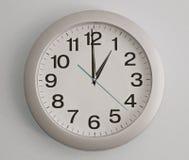 horloge de fond d'isolement au-dessus du blanc de mur Photo libre de droits