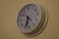 horloge de fond d'isolement au-dessus du blanc de mur Photos stock