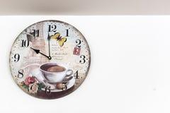 horloge de fond d'isolement au-dessus du blanc de mur Image stock