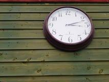 horloge de fond d'isolement au-dessus du blanc de mur illustration stock