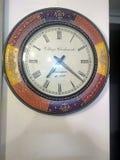 horloge de fond d'isolement au-dessus du blanc de mur images stock