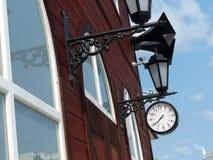 Horloge de gare ferroviaire et rétros haut-parleurs de vintage sur le bâtiment de station La deuxième guerre mondiale intérieure  Photos stock