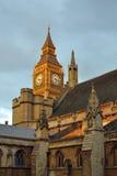 Horloge de grand Ben derrière des crêtes du parlement, Londres Images libres de droits