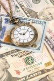 Horloge de montre de poche de cru sur le concept de billet de banque du dollar pour la valeur temps d'argent image stock