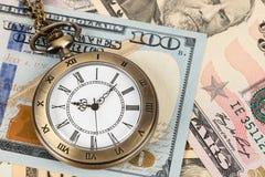 Horloge de montre de poche de cru sur le concept de billet de banque du dollar pour la valeur temps d'argent photo stock