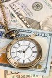 Horloge de montre de poche de cru sur le concept de billet de banque du dollar pour la valeur temps d'argent photos stock