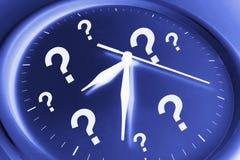 Horloge de mur avec des points d'interrogation Photo stock