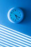 Horloge de mur bleue photographie stock libre de droits