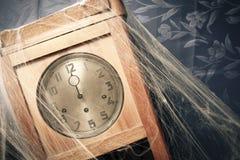 Horloge de mur de cru complètement des toiles d'araignee photo stock