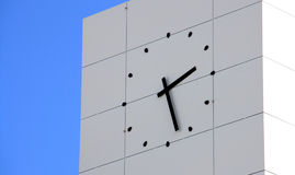 Horloge de mur sur la construction Photographie stock