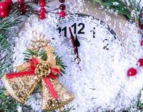 Horloge de Noël avec des feuilles et des baies de houx photos libres de droits