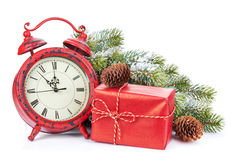 Horloge de Noël, boîte-cadeau et arbre de sapin de neige Photographie stock libre de droits
