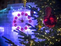 Horloge de Noël et arbre de sapin à Moscou Photographie stock libre de droits