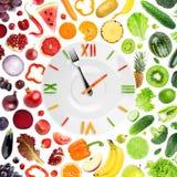 Horloge de nourriture avec des fruits et légumes images stock