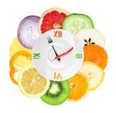 Horloge de nourriture avec les légumes et les fruits découpés en tranches Photos libres de droits