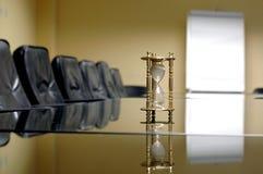 Horloge de sable dans la salle du conseil d'administration vide Photo libre de droits