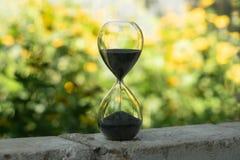 Horloge de sable dans le jardin photos libres de droits