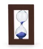Horloge de sablier de plan rapproché sur le fond bleu-clair Photographie stock