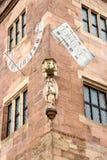 Horloge de Sun au bord de maison photos libres de droits