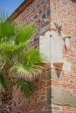 Horloge de Sun montée sur une vieille mosquée images libres de droits