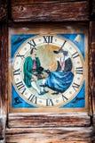 Horloge de tour dans le cadre en bois avec la peinture d'histoire image libre de droits