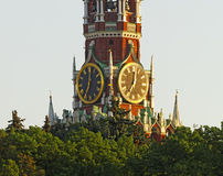 Horloge de tour sur la tour d'horloge de place rouge Photos libres de droits