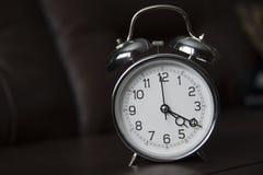 Horloge de vieille école à 4h20 photos stock