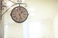 Horloge de vintage accrochant dans le coin supérieur avec l'espace de copie Photo stock