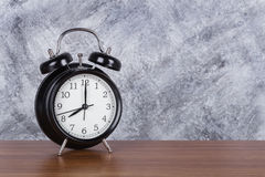 horloge de vintage d'horloge de ` de 8 o sur le fond en bois de table et de mur Images libres de droits