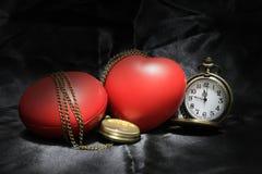 Horloge de vintage et coeur rouge sur le fond noir, le concept d'amour et de temps dans la photographie immobile de la vie Photo stock