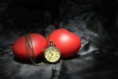 Horloge de vintage et coeur rouge sur le fond noir, le concept d'amour et de temps dans la photographie immobile de la vie Image libre de droits