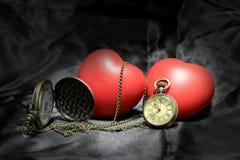 Horloge de vintage et coeur rouge sur le fond noir, le concept d'amour et de temps dans la photographie immobile de la vie Photo libre de droits