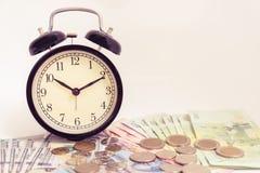 Horloge de vintage sur l'argent liquide d'argent du dollar Image stock