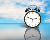 Horloge de visage d'argent sur la table en verre Photo stock