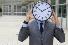 Horloge donnant l'effort à un travailleur Images libres de droits