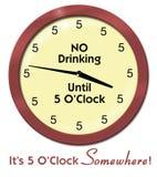 Horloge drôle tous les fives aucun boire jusqu'à cinq Photographie stock libre de droits