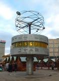 Horloge du monde sur le marché de Noël photo libre de droits