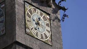Horloge du Stadtturm à Innsbruck, Autriche clips vidéos